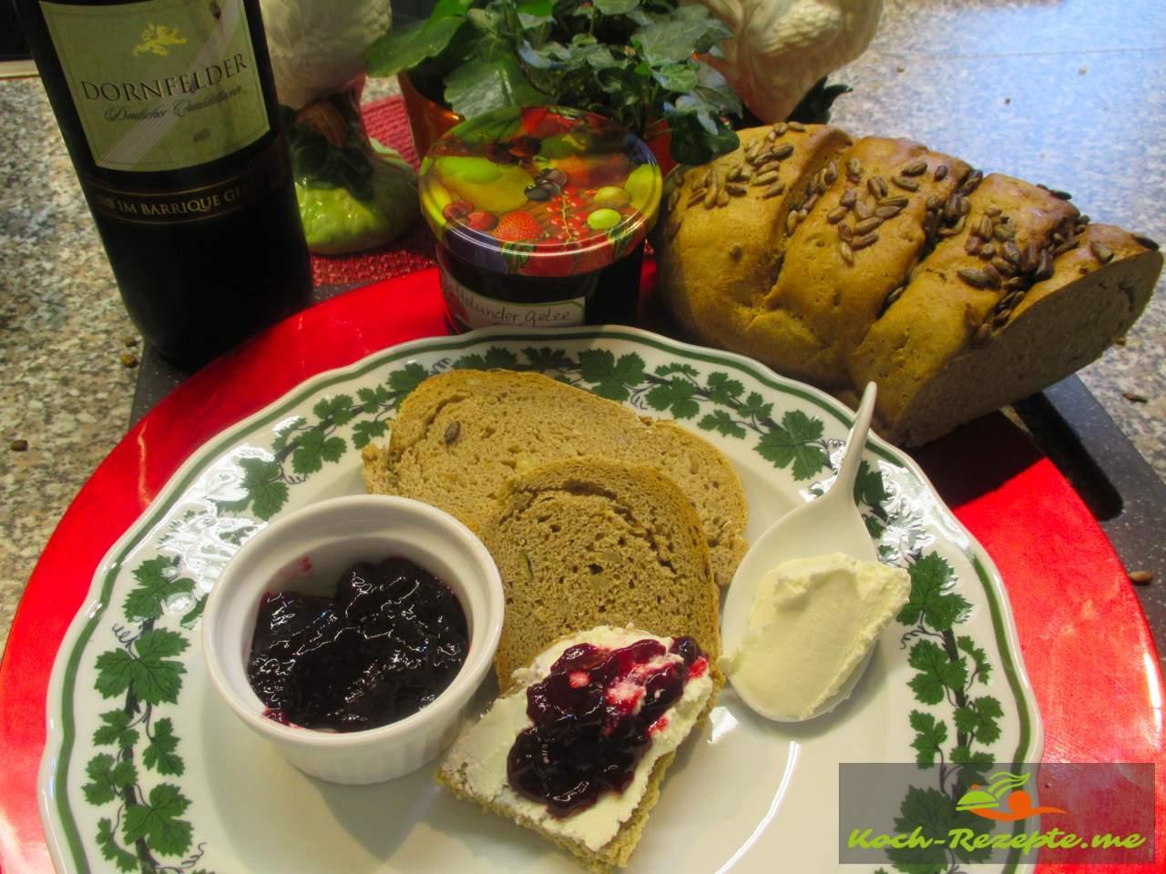 Köstlich auf  frisch gebackenem Brot mit Frischkäse und Holunder Rotwein Gelee