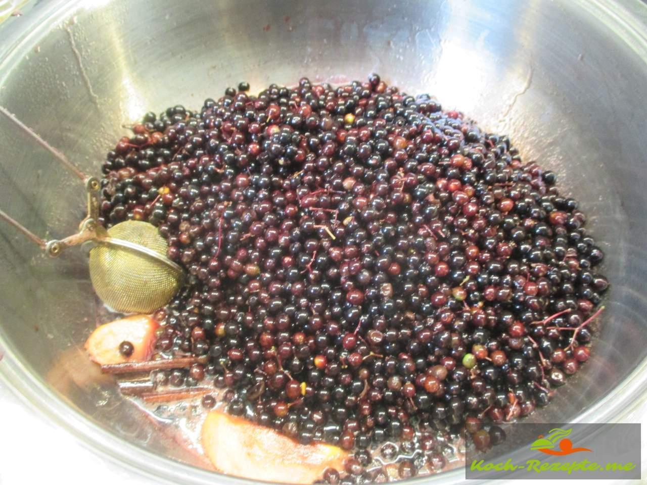 Zum Rotweinsud kommen die Beeren und Wasser