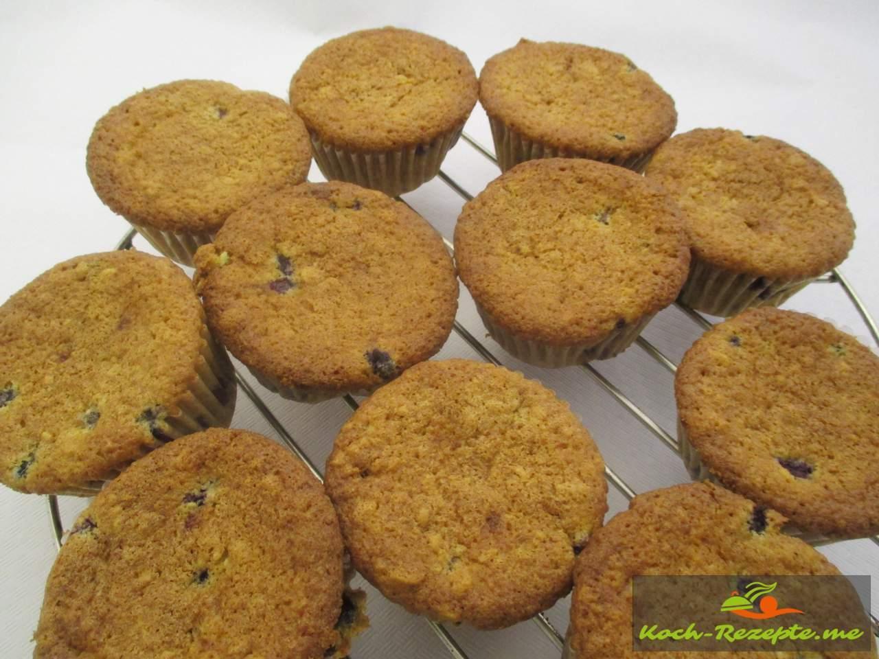 die gebackenen Muffins sind nach 25 Minuten goldbraun zum Auskühlen