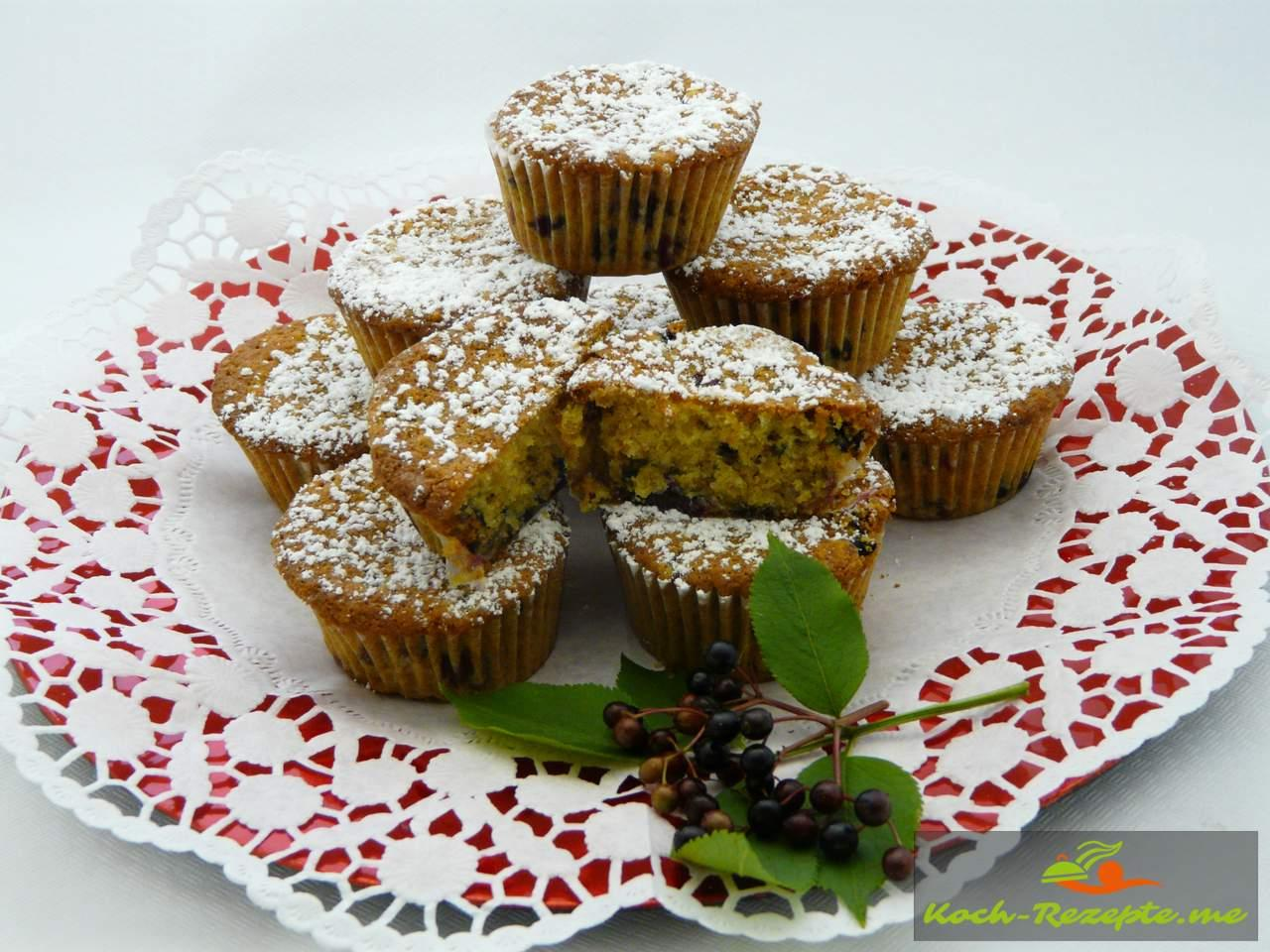 Die Holunderbeeren Muffins mit Puderzucker bestreuen.