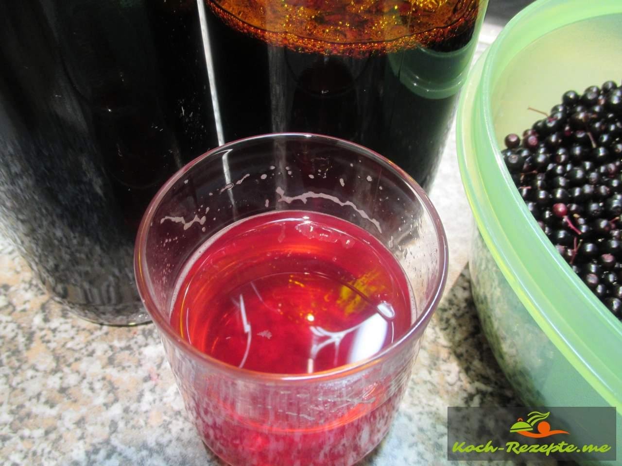 fertiges Produkt Holunderbeeren Sirup verdünnt mit Wasser sehr erfrischend