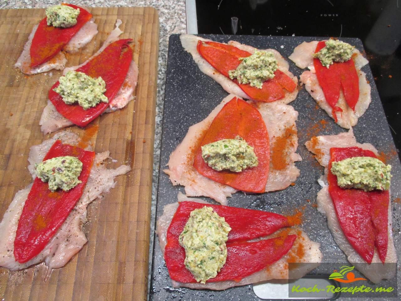 Die Füllung Löffelweise auf die Paprika füllen
