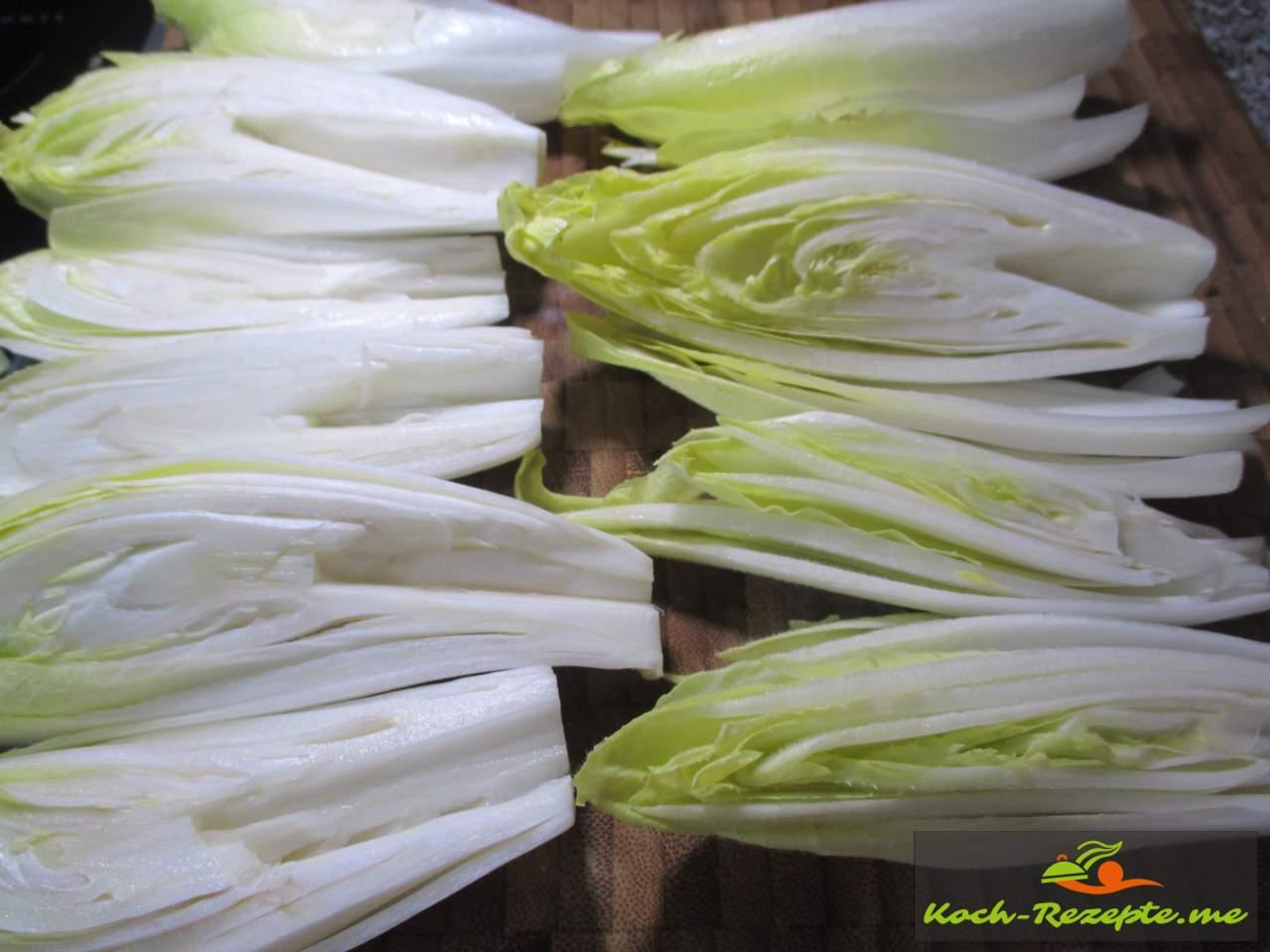 Putzen des Chicoree, Außenblätter entfernen und halbieren, den bitteren Kern ausschneiden