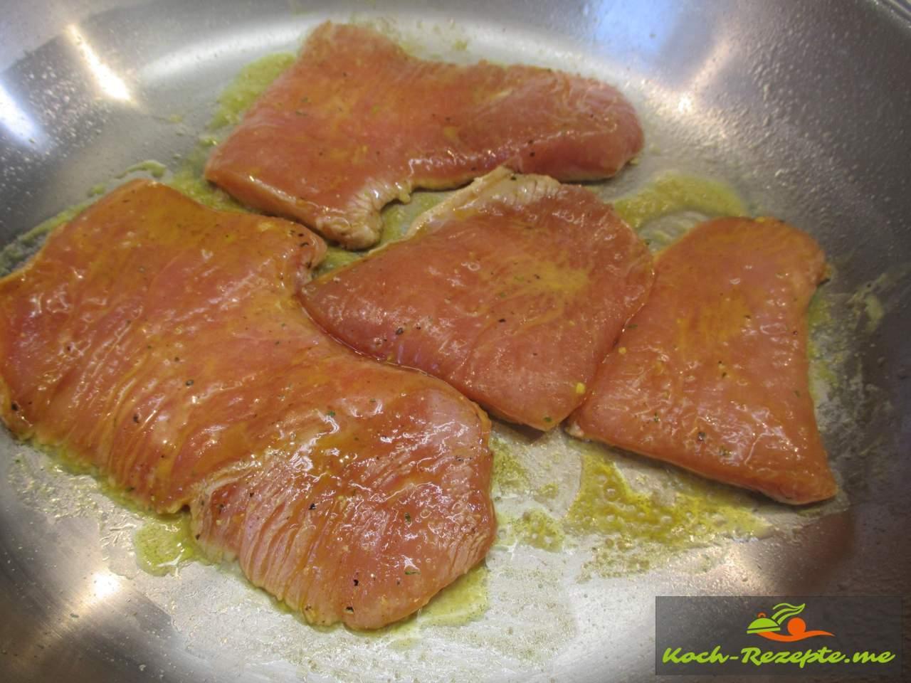 Pfanne erhitzen und die Truthanschnitzel von beiden Seiten je 1 Minute braten und rausnehmen