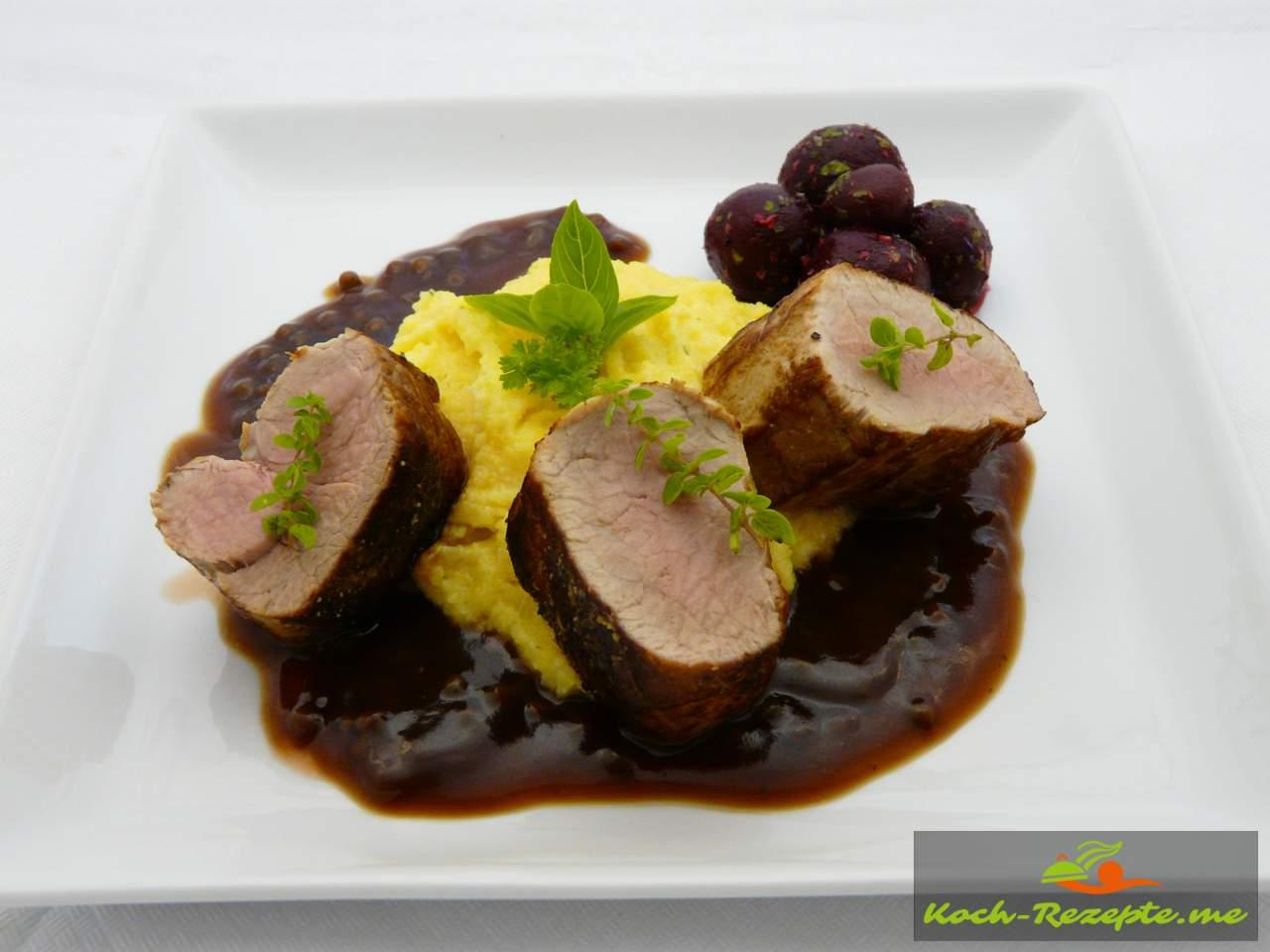 Fertiges Menü Polenta, Sauce und Schweinefilet (Schweinelende) saftig und lecker