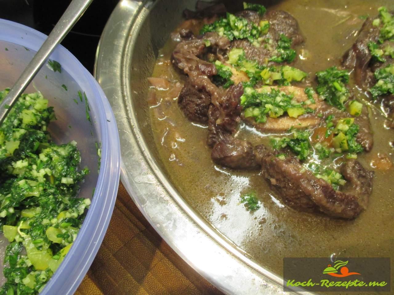 nach 70 Minuten Kochzeit die Hälfte Gremolata aufs Fleisch verteilen und weiter schmoren