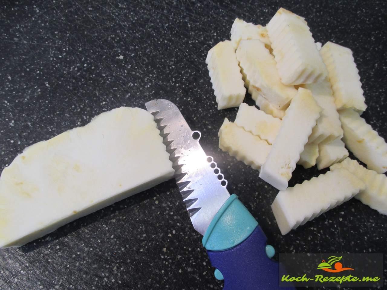 Die Knolle in  Scheibenschneiden, dann in Pommesstifte