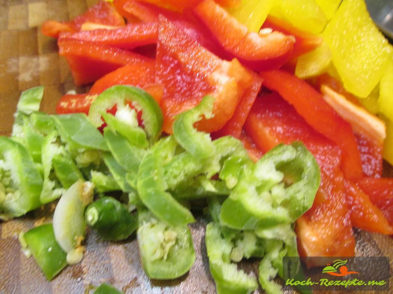 grüne Chilischote fein schneiden