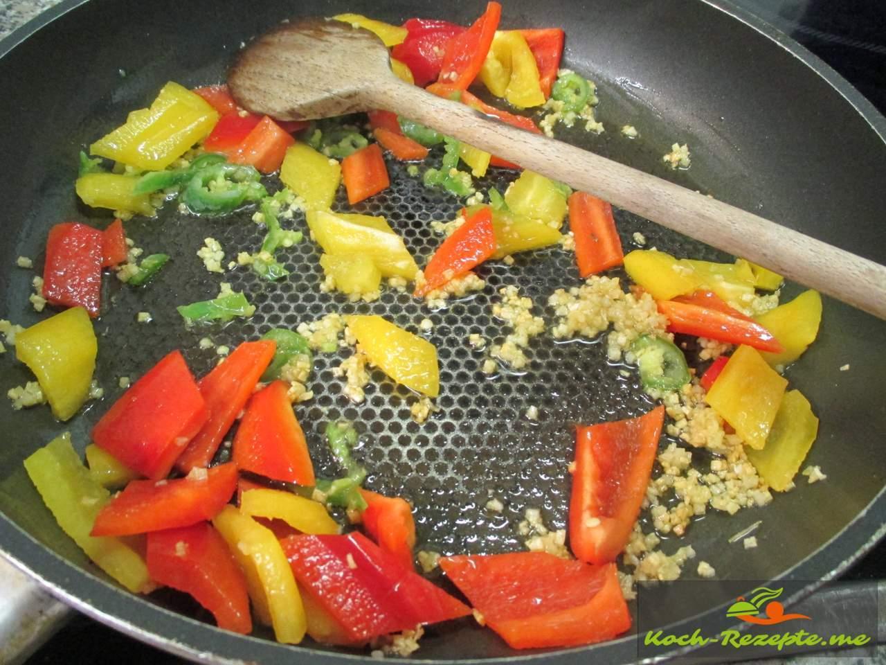 Paprika und Chili andünsten