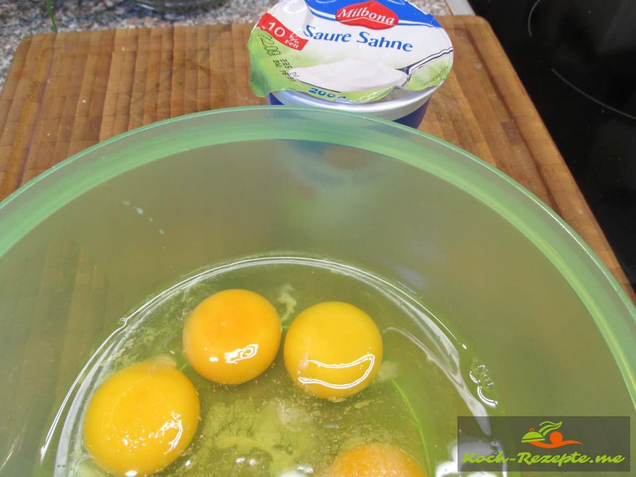 Eier und saure Sahne mischen