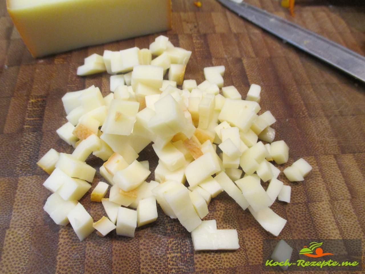 Schnapsveredelten Käse vom Käsemeister Halbach in Würfel schneiden