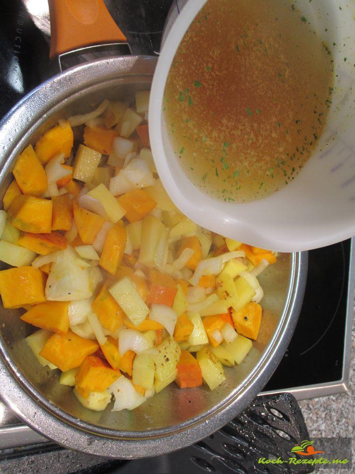 Zwiebel und Gemüse andünsten und mit Brühe aufgießen