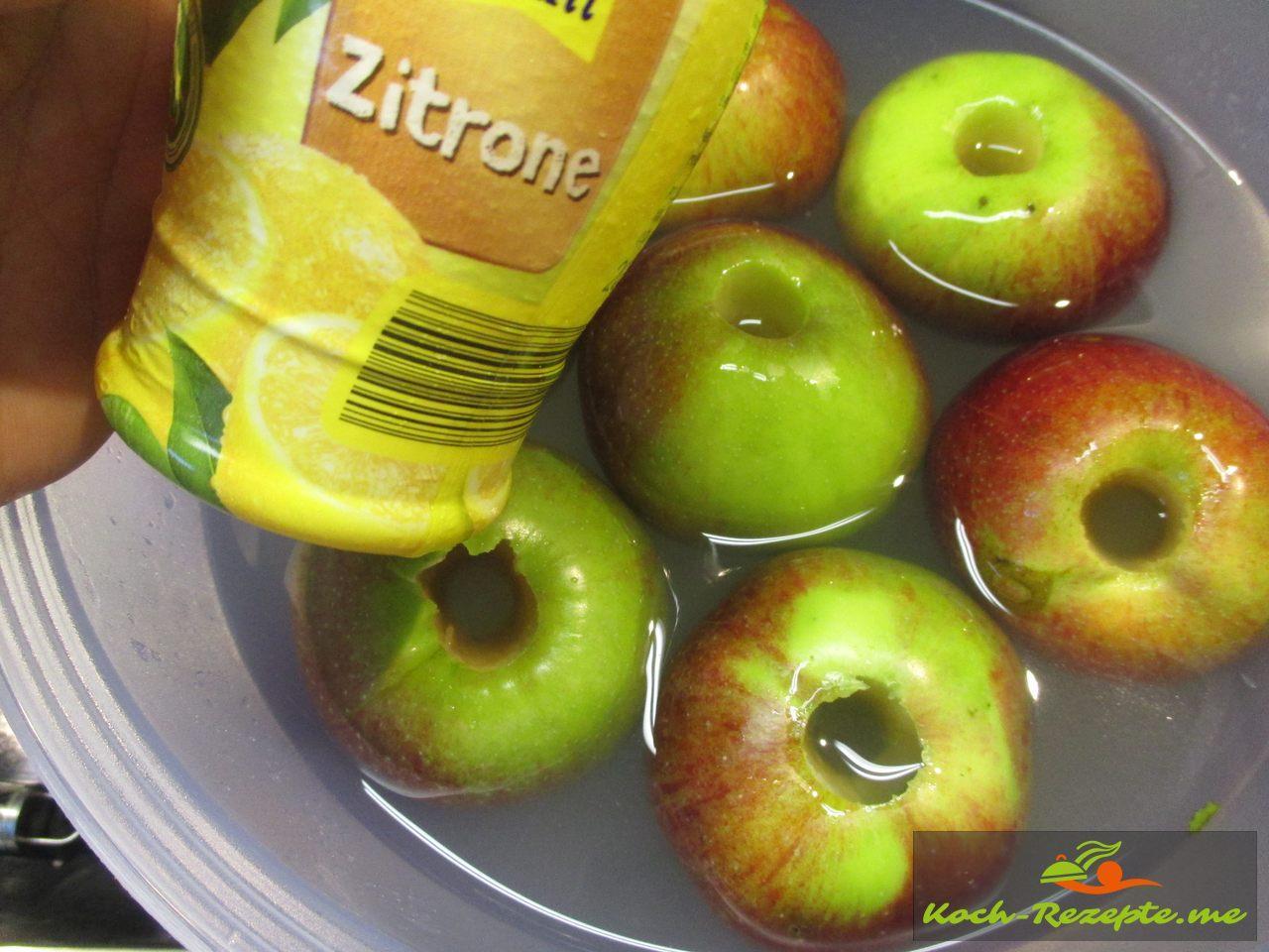 Äpfel in Zitronenwasser tauchen