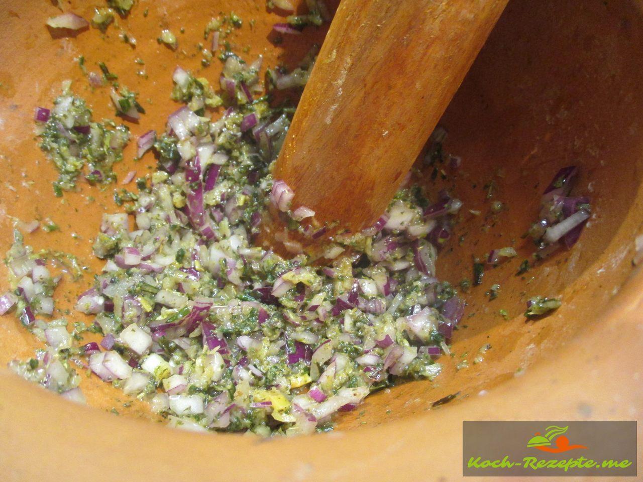 zum Schluß die fein gehackten Zwiebeln mit Olivenöl