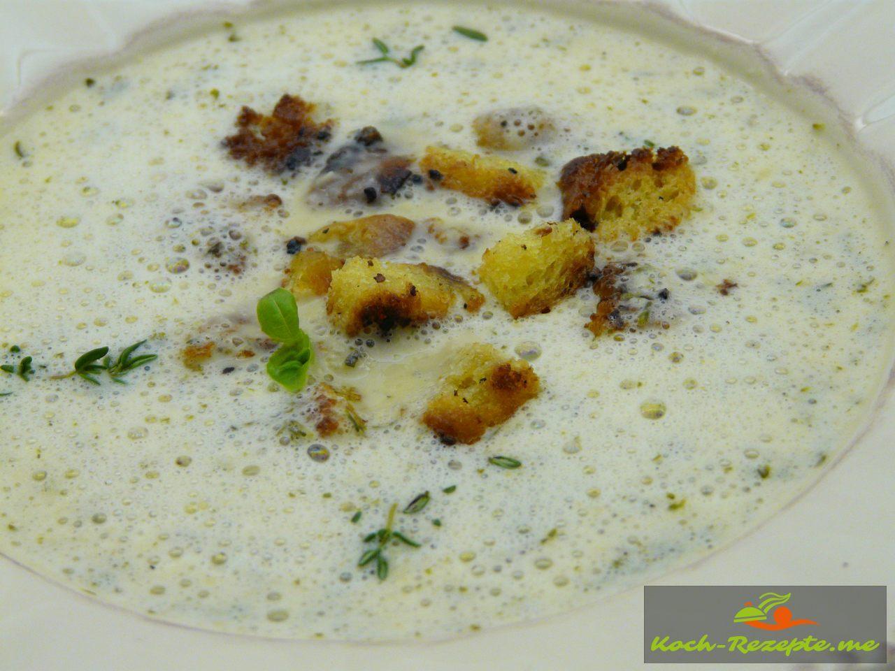 Knoblauch-Suppe aufgemixt servieren