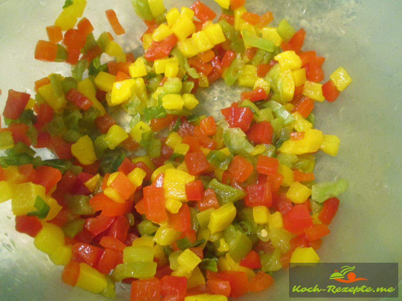 Papkika und Zwiebel in feine Würfel schneiden