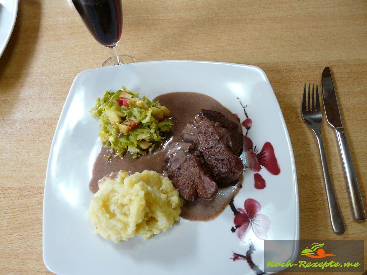 Erster Teller angerichtet mit Rehschnitzel in Wacholder-Rahmsauce
