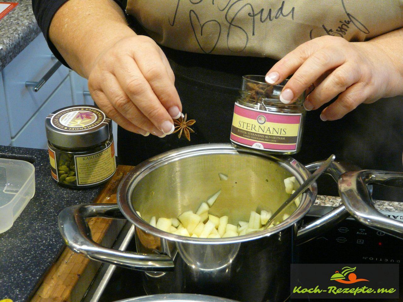 Birnenkompott  mit Apfelsaft, braunen Zucker, Anisstern und Kardamon einkochen