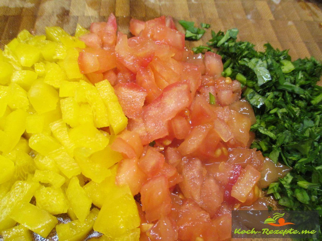 Fürs Cous Cous Tomaten, Paprika und Blattpetersilie fein würfeln