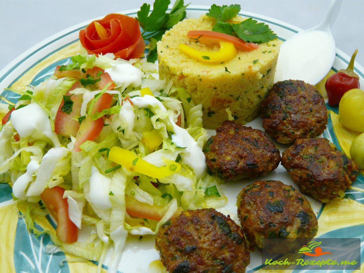 Gericht Köfte mit Gemüse-Couscous, frischen Salat und Joghurt