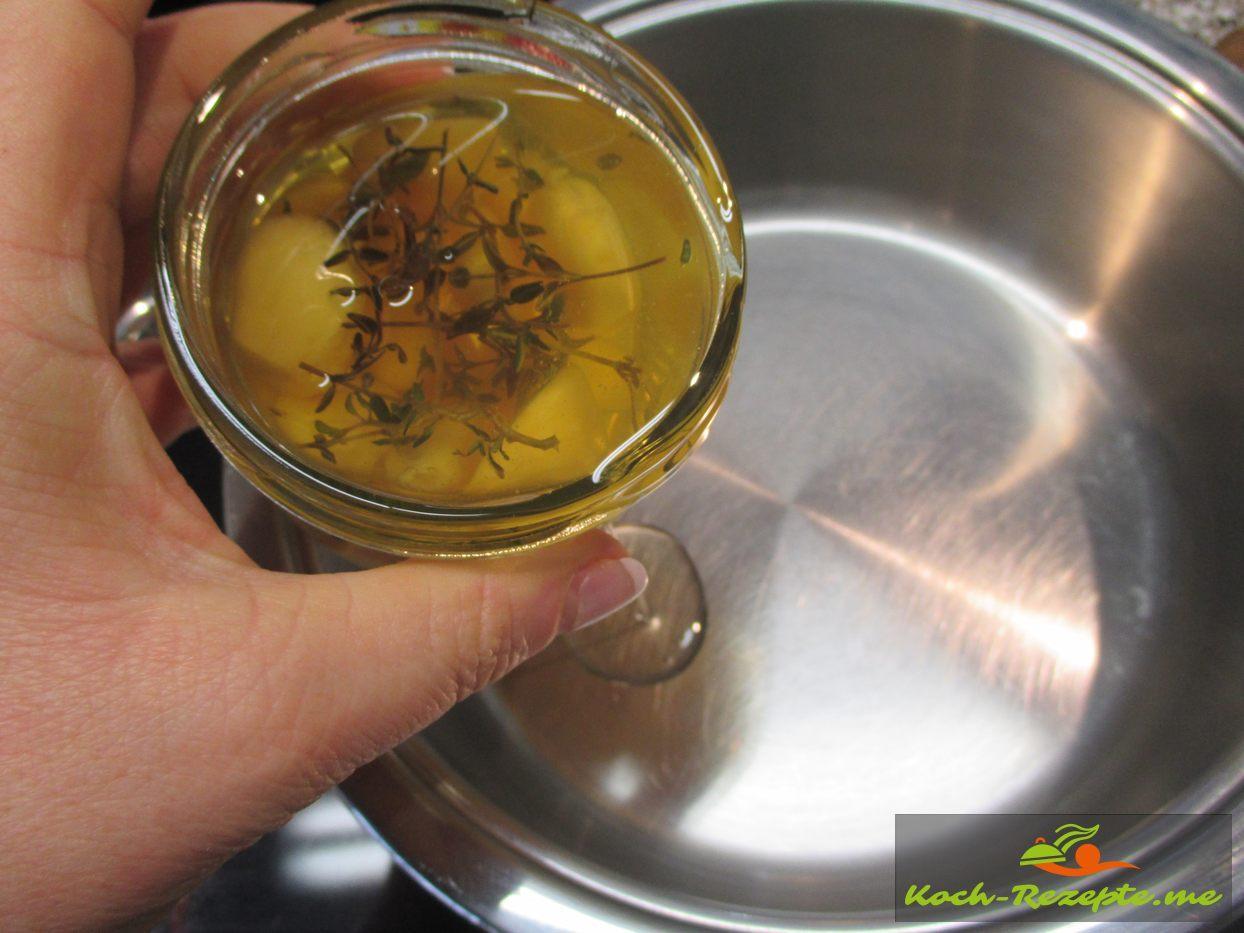 Mit eingelegten geräuchertem Knoblauchöl Zwiebeln und Knoblauch anschwitzen