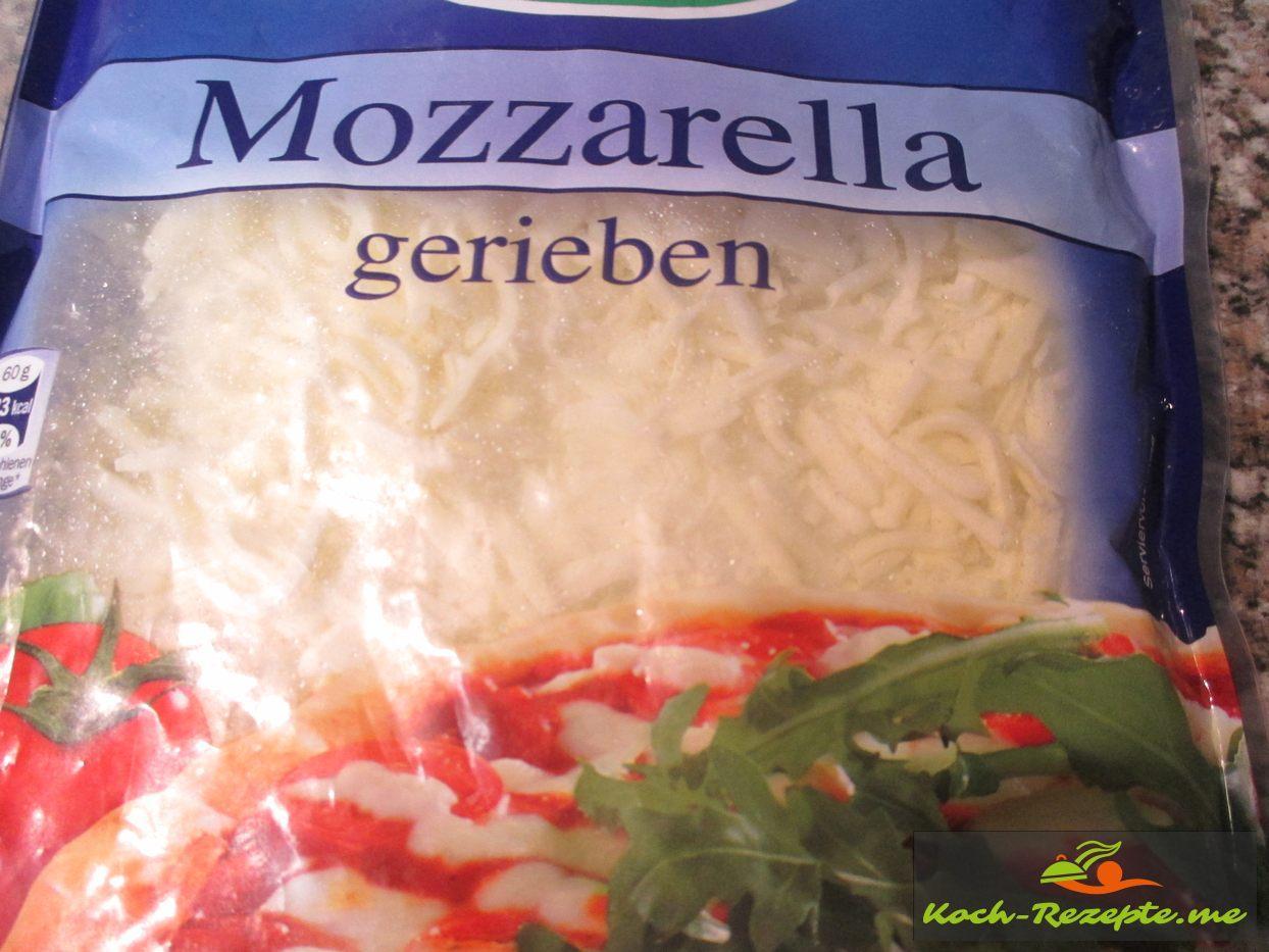 Mozzarella Käse über die Füllung streuen
