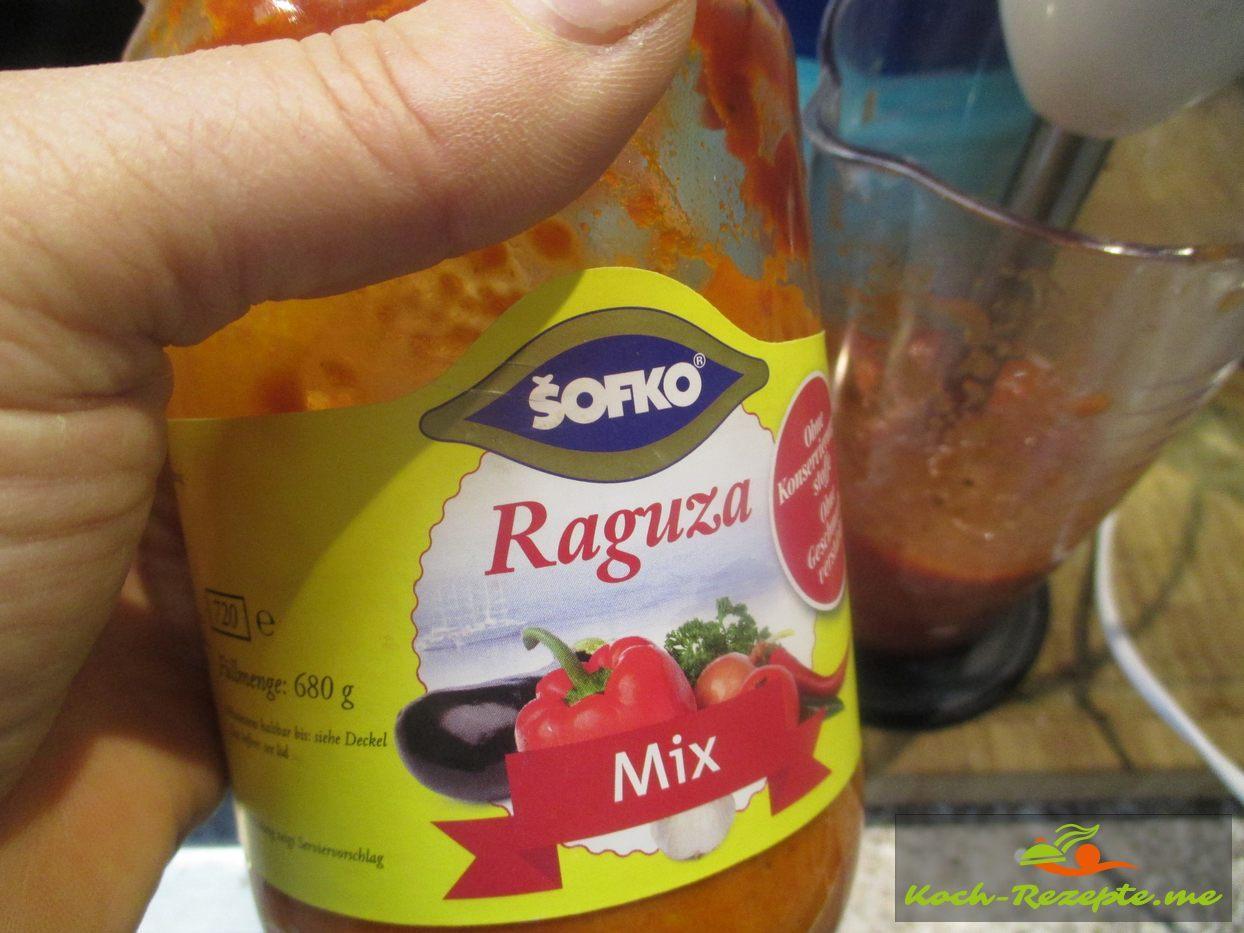 Dann an die Tomatensauce ein Tomaten-Paprika Mix geben