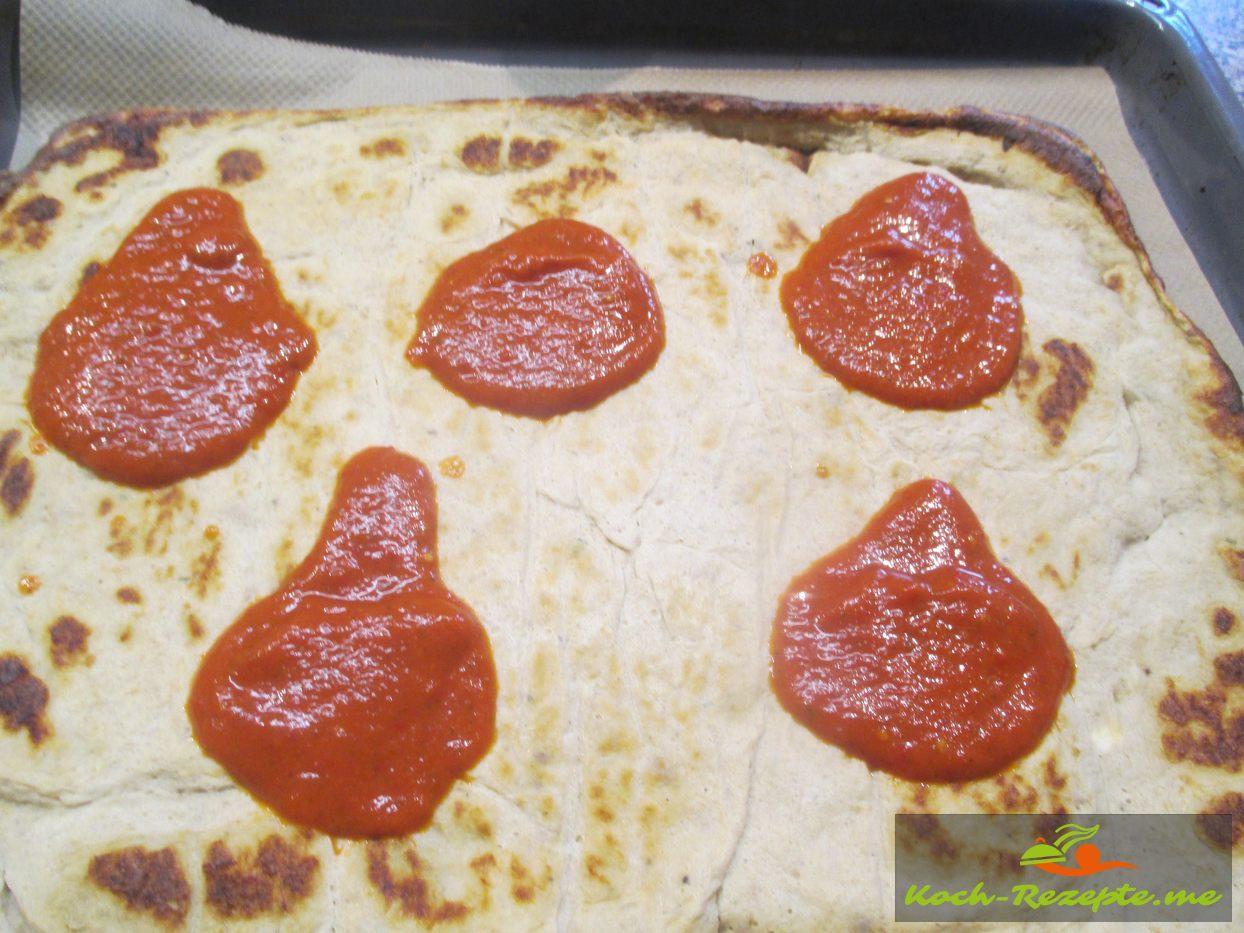 Zuerst die Tomatensauce  verteilen