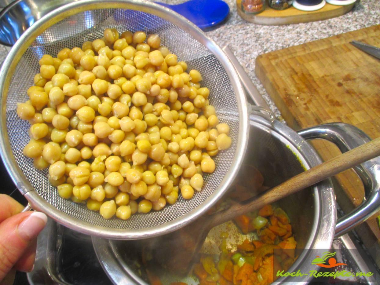 Kichererbsen zu Zwiebel und Möhre geben