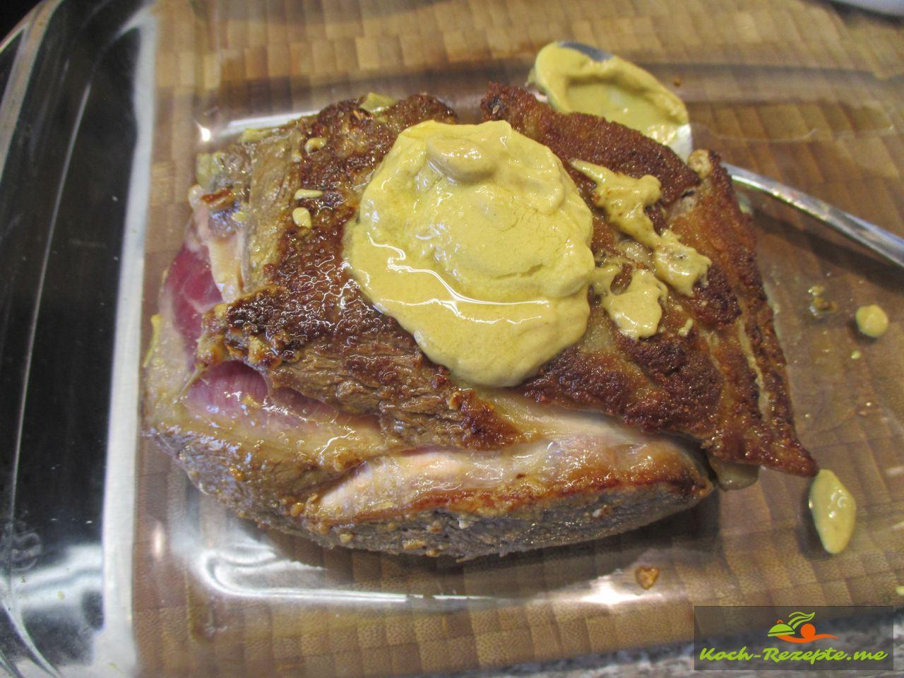 angebratenes Rostbeef mit Dijon-Senf einreiben