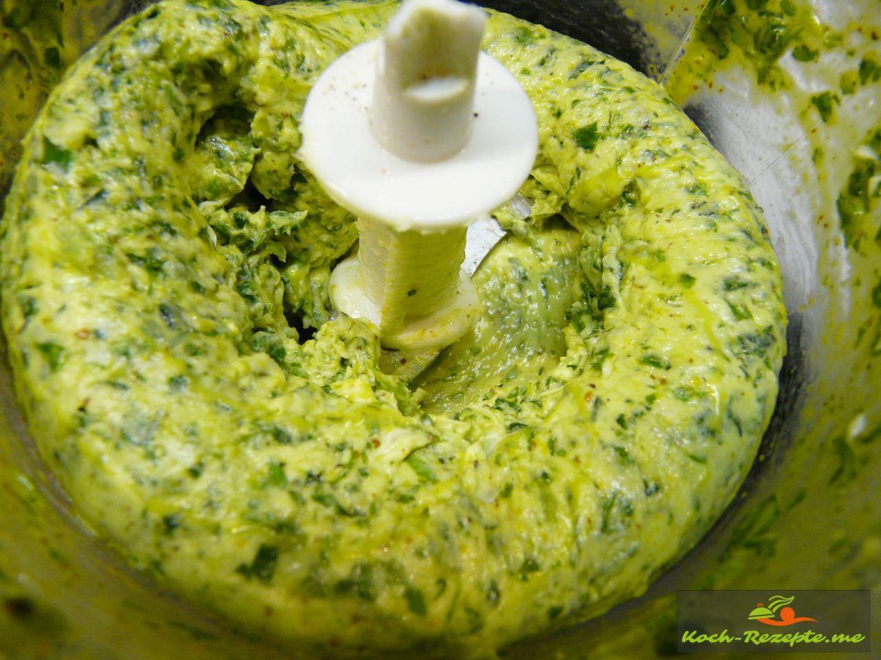 Alle Zutaten werden fein gemixt zu einer Waldknoblauch Butter (Bärlauchbutter)