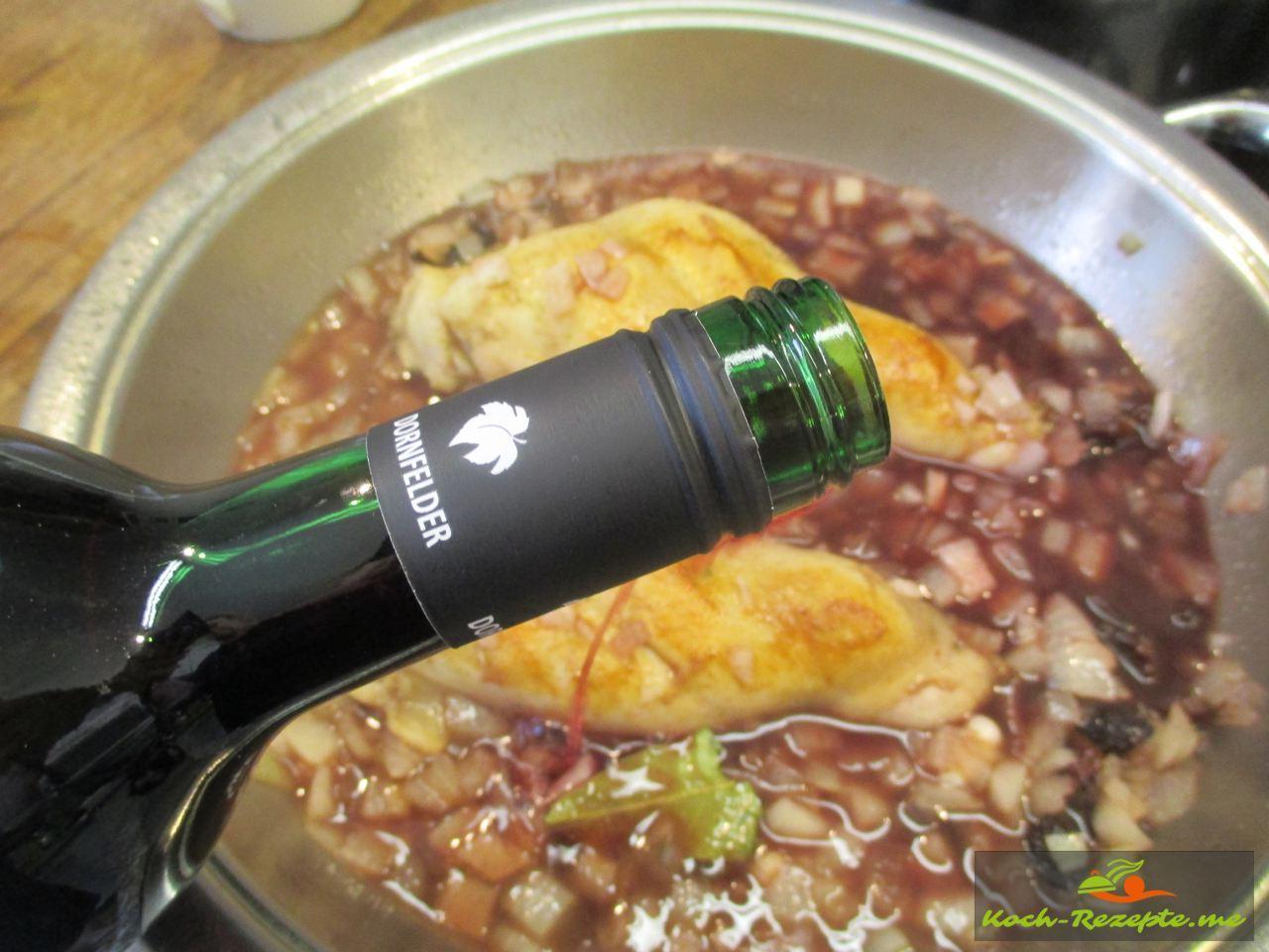 Einen Halbtrockenen Rotwein angießen