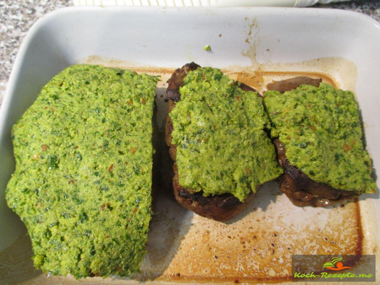 die Bärlauchkruste aufs Rehfleisch legen und 4 Minuten gratinieren