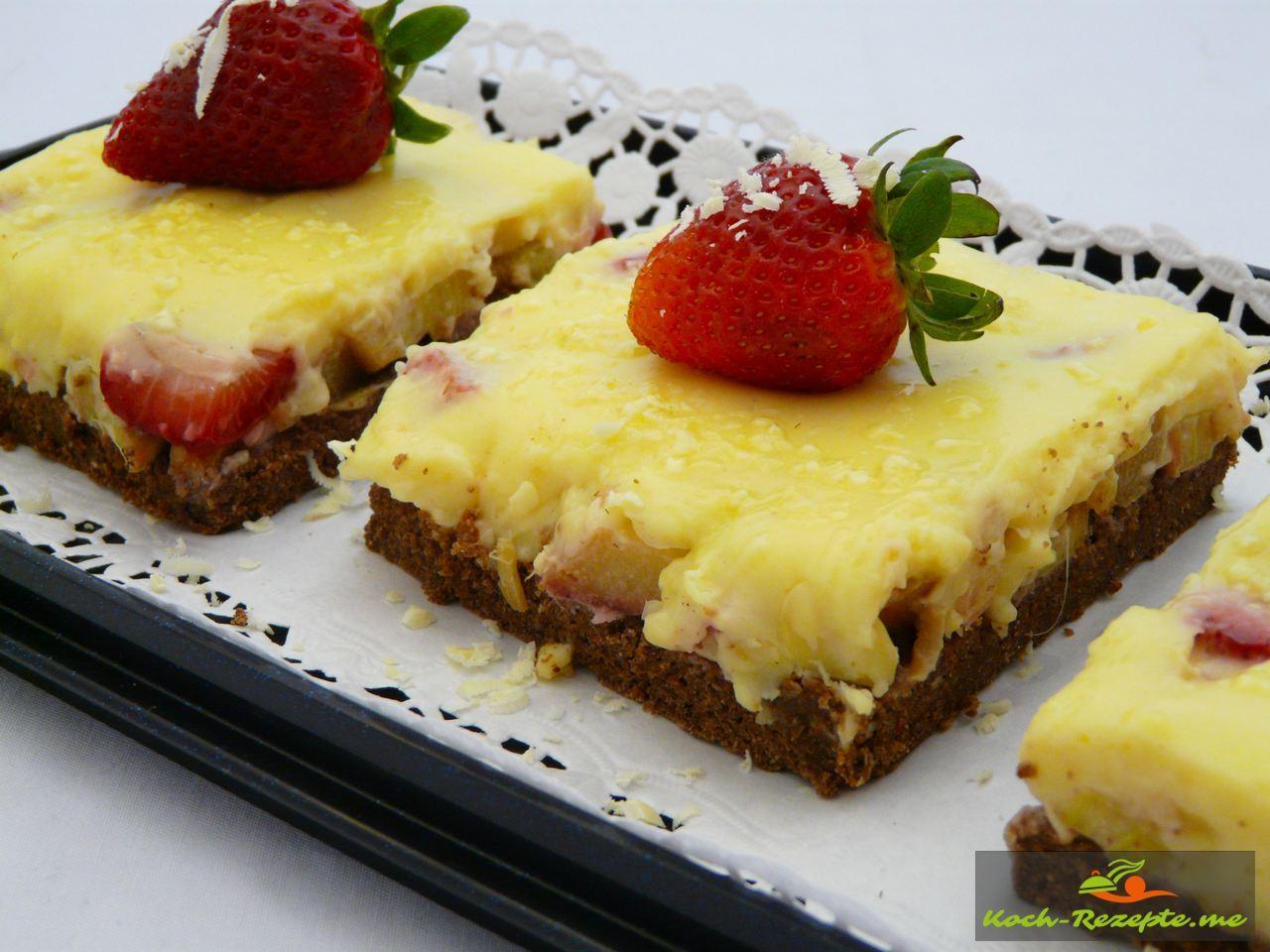 Garniert mit Erdbeere und weißer Schokoladet