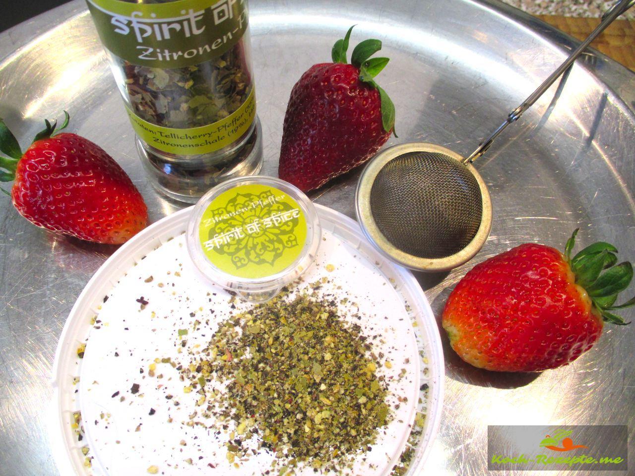 Aus der Mühle frisch geriebenen Zitronen-Pfeffer für mein Rezept mit Erdbeeren und Rhabarber