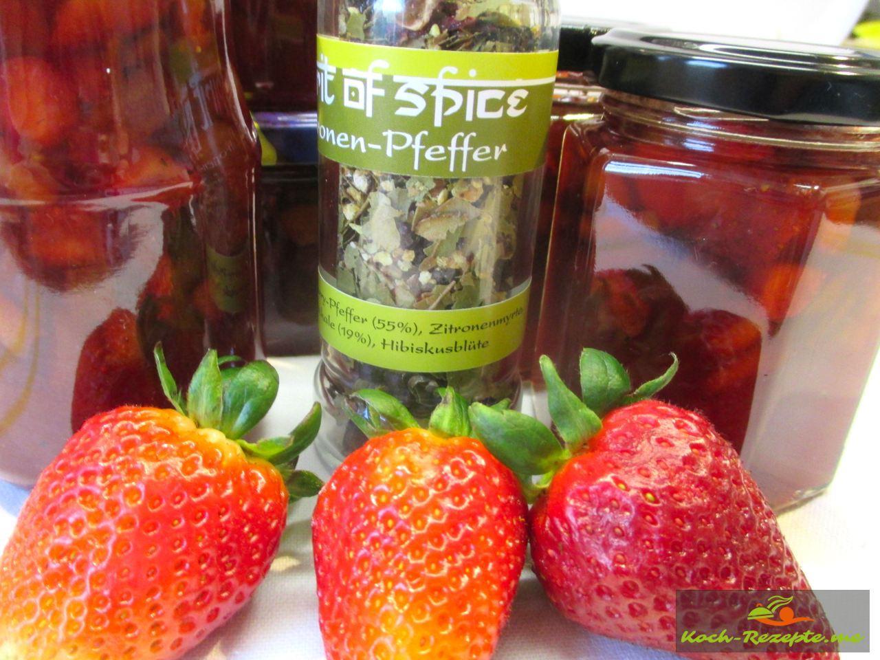 Würzige Marmelade eingekocht mit Erdbeer-Rhabarber-Zitronen-Pfeffer und Gelierzucker 2:1