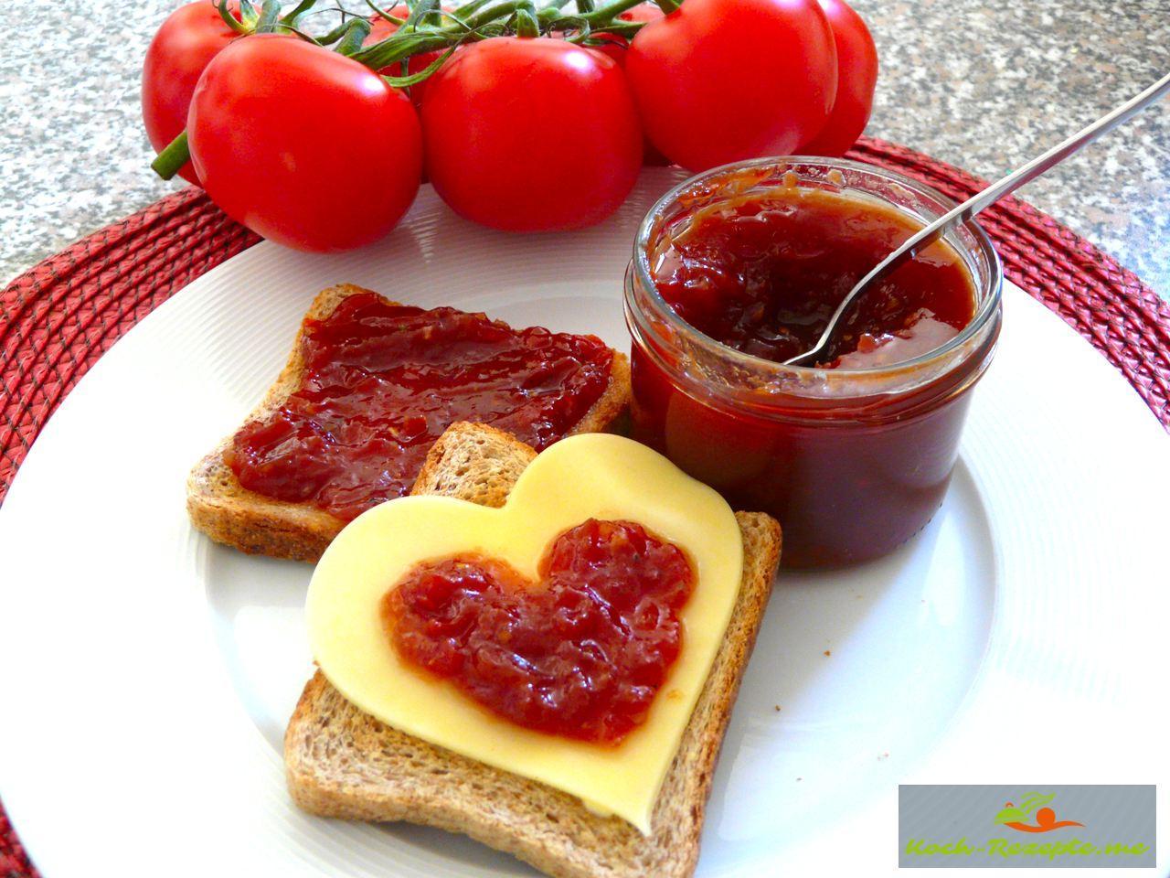 Die Tomatenmarmelade schmeckt würzig, herzhaft, fruchtig und so lecker auf Käse, aber Pur ist ein Geschmackserlebnis