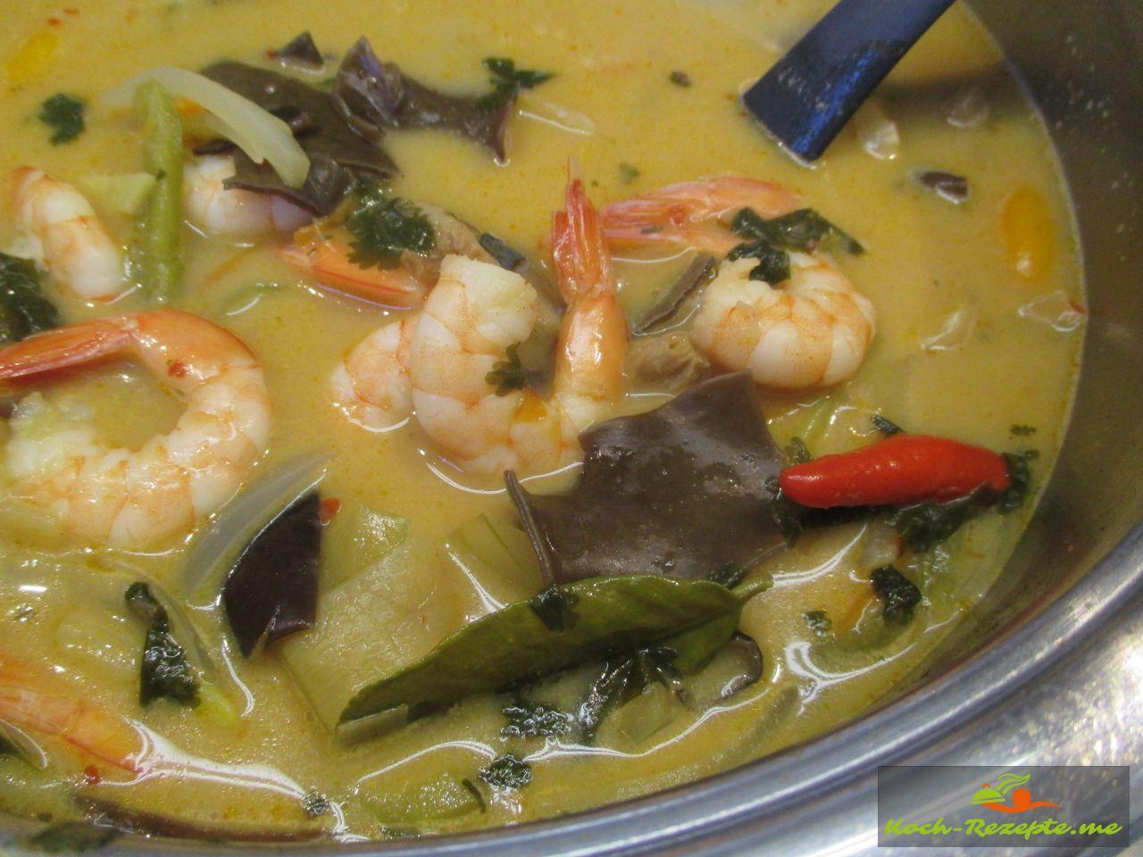 Dann in den letzten 5 Minuten die Garnelen in die Suppe geben
