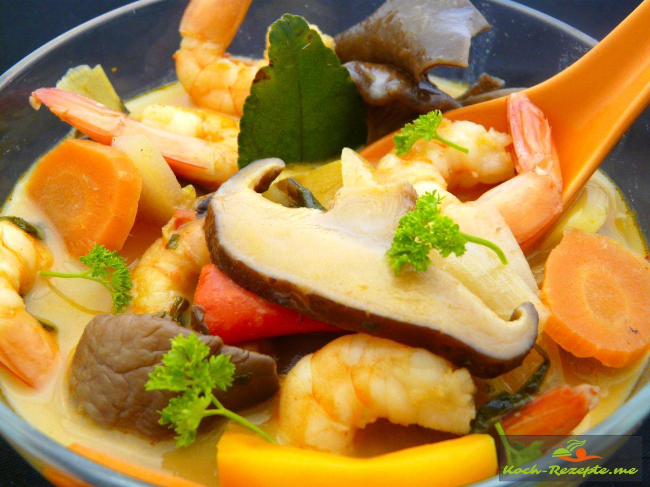 Tom Yam Gung mit Garnelen, Pilzen und Gemüse