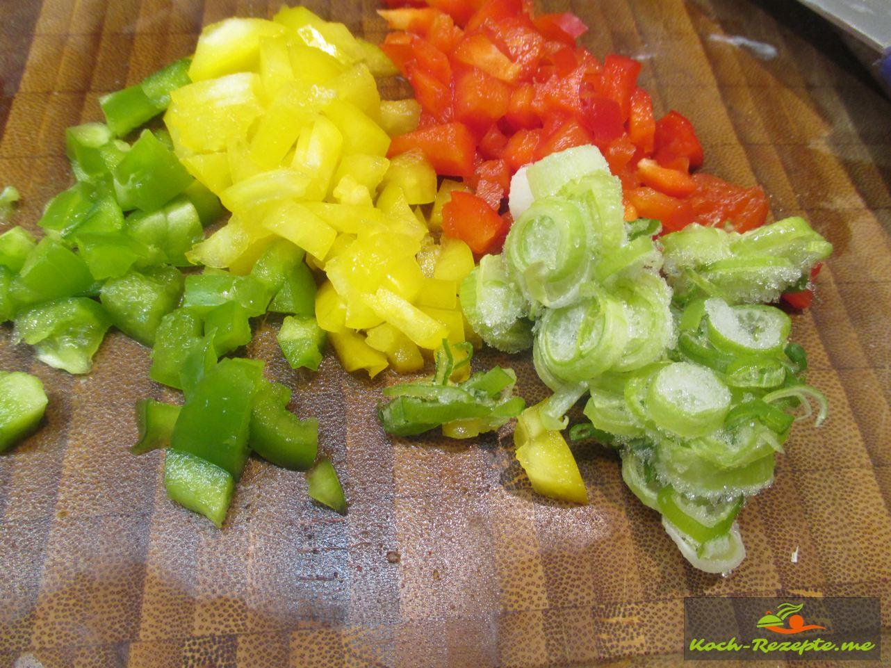 Frühjahrs Rüben Rezept, Paprika in Würfel schneiden so auch Porree oder Frühlingszwiebel