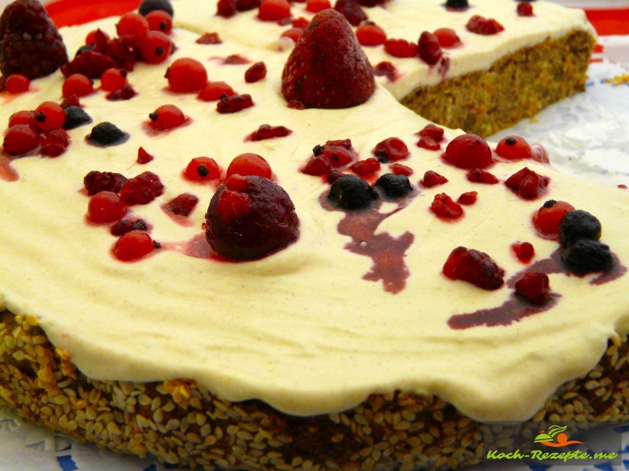 Low Carb Möhrenkuchen,Rüblikuchen oder Karottenkuchen mit Frosting und Beerenobst