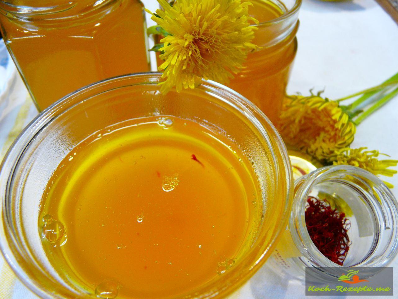 In sterile Gläser das Bio Löwenzahn-Safran Gelee füllen