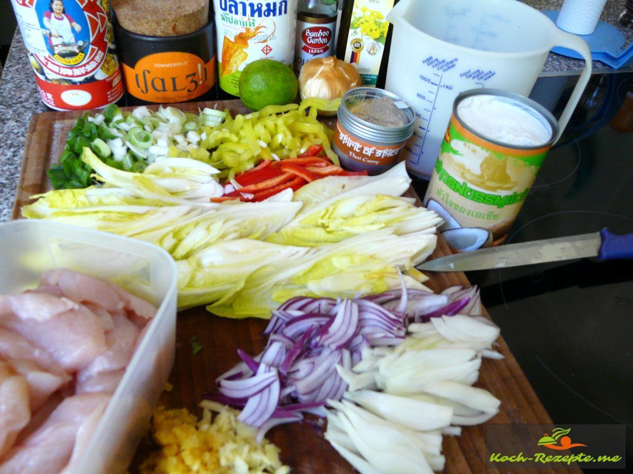 Zutaten für Hähnchen mit Curry: Kokosmilch, Hühnerbrühe, Frühlingszwiebeln, Sesamöl SesamKnoblauch, Paprika, Thai Curry Pulver, Fenchel, mehr