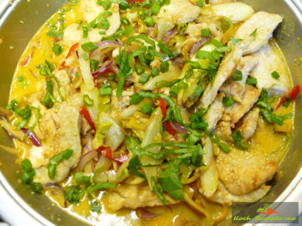 Curry-Huhn Thai oder Wok Hähnchen mit Cury-Kokossauce กระทะแกงไก่ซอสมะพร้าวกับผัก