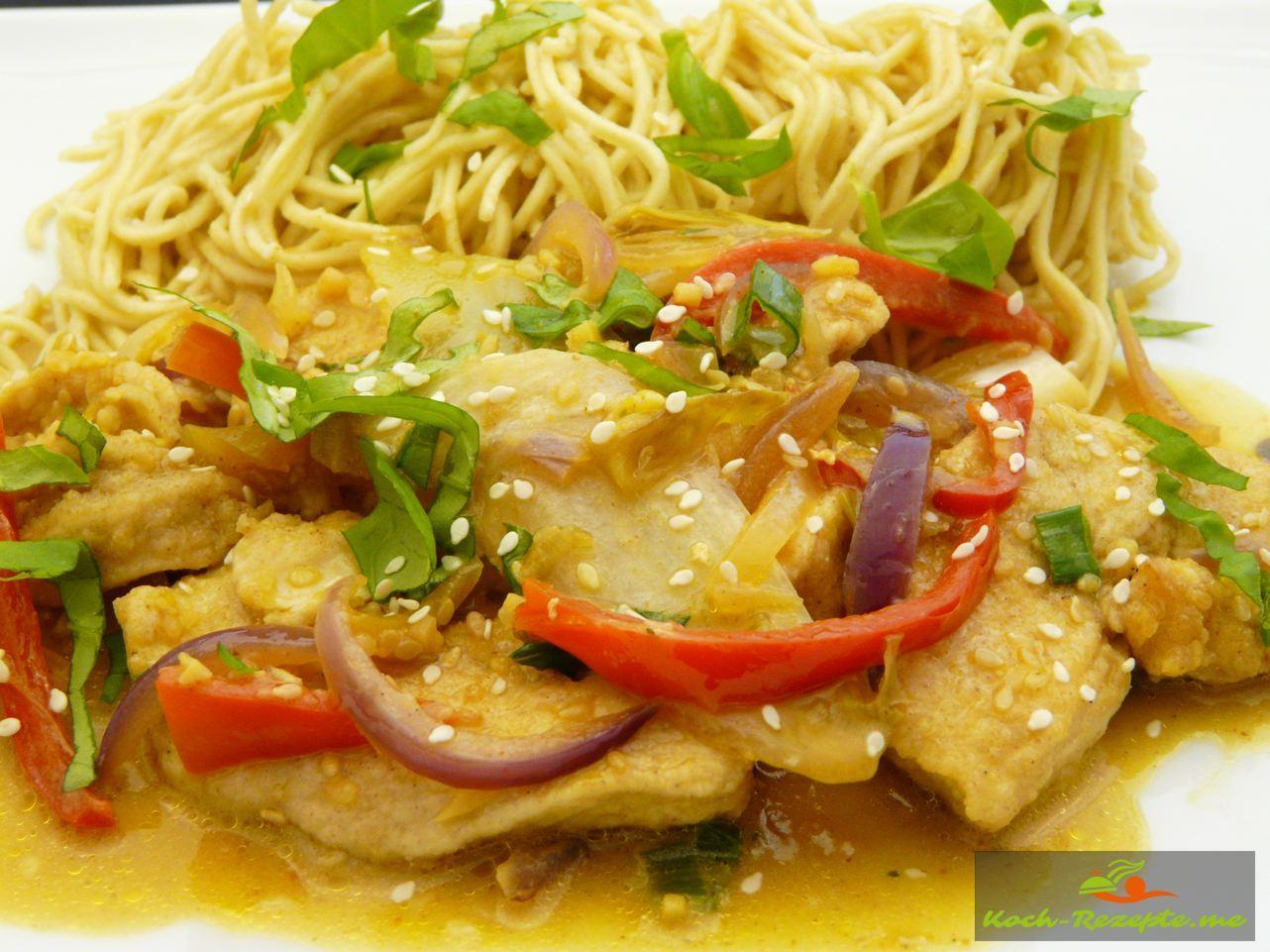 Curry-Huhn Thai oder Wok Hähnchen in Sesam und Gemüse