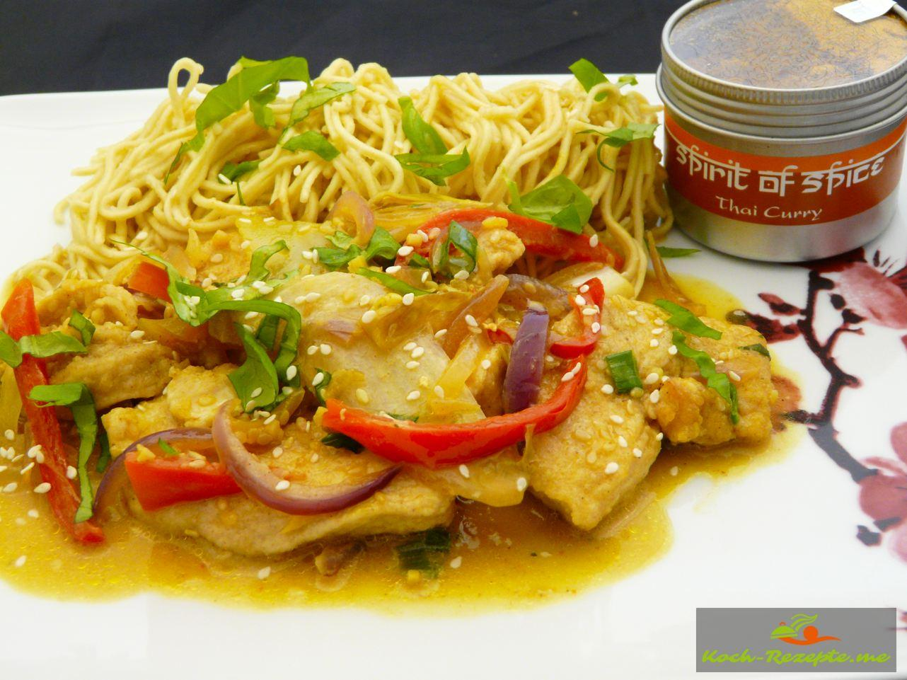 Curry-Huhn Thai oder Wok Hähnchen, กระทะแกงไก่ซอสมะพร้าวกับผัก
