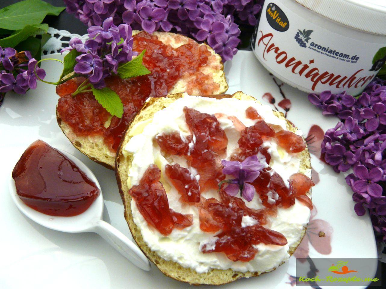 Brötchen mit Butter und Flieder-Aronia Gelee