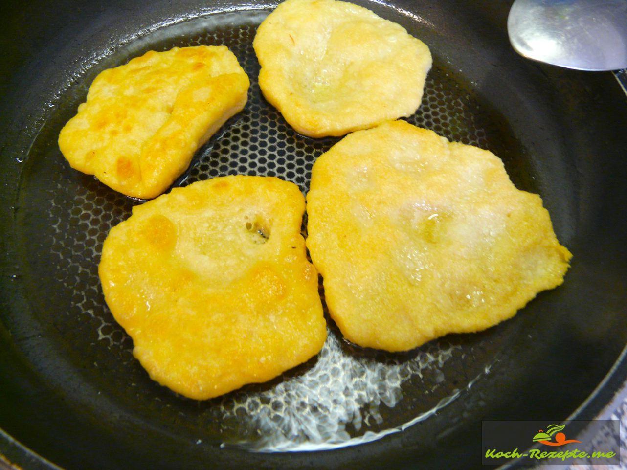 Frittierte Pizzabrötchen in der Pfanne ausbacken