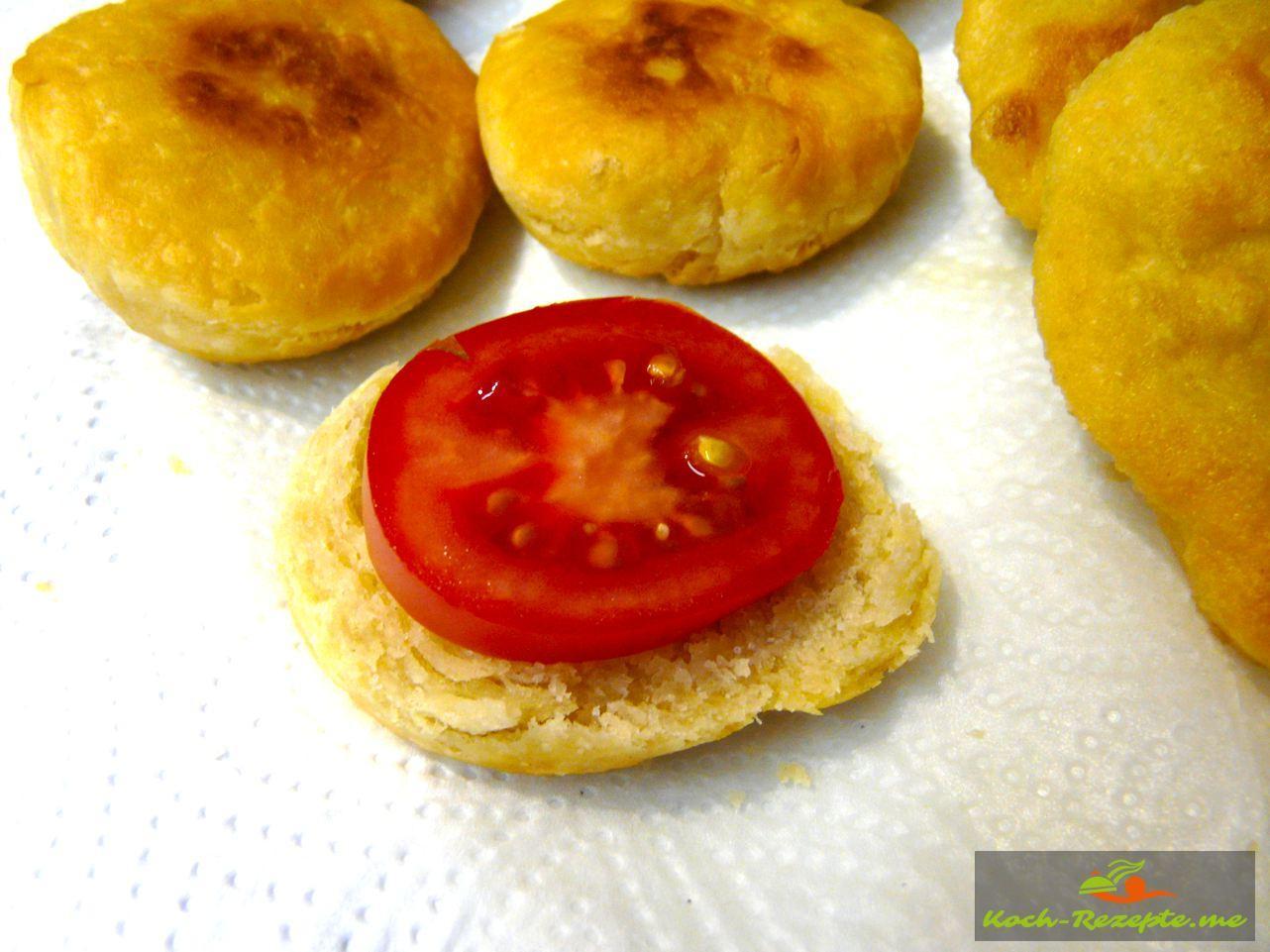 Frittierte Pizzabrötchen belegt mit Aioli und Tomaten