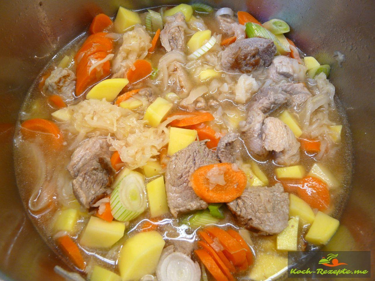 Alles ,Fleisch und Gemüse gut verrühren und auf keiner Hitze garen